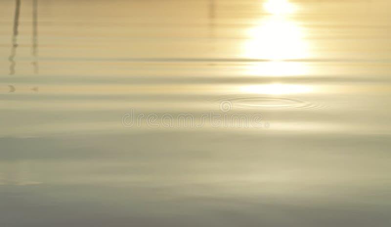 Поверхность волны воды рефракции света утра с небольшими пульсациями стоковое фото