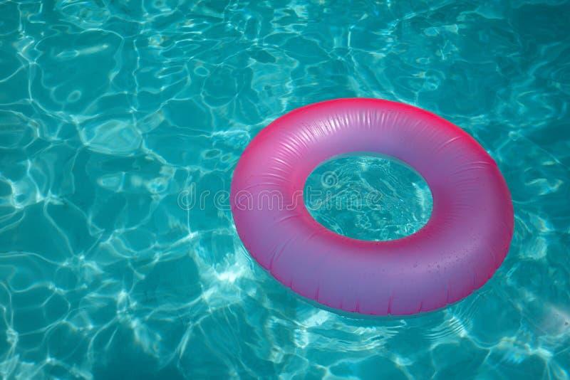 Поверхность голубого бассейна с розовым томбуем надувает стоковые фото