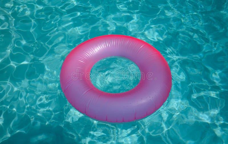 Поверхность голубого бассейна с розовым томбуем надувает стоковое фото