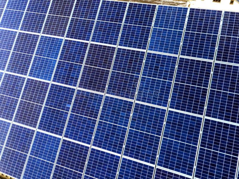 Поверхность конца-вверх освещенный панелями голубого сияющего солнечного фото солнца voltaic Система производящ экологически чист стоковое фото