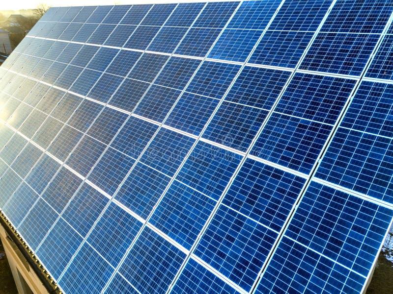 Поверхность конца-вверх освещенный панелями голубого сияющего солнечного фото солнца voltaic Система производящ экологически чист стоковая фотография