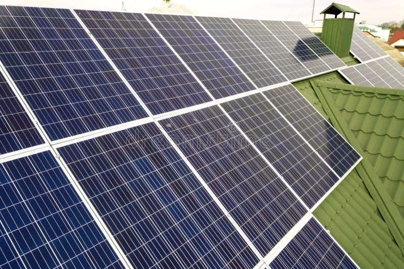 Поверхность конца-вверх системы панелей голубого сияющего солнечного фото voltaic на крыше здания Экологическое зеленое производс стоковое фото rf