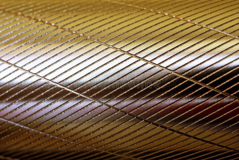 Поверхность круга металла с продольными и поперечными зазубринами Золотая тень Предпосылка и картина стоковая фотография