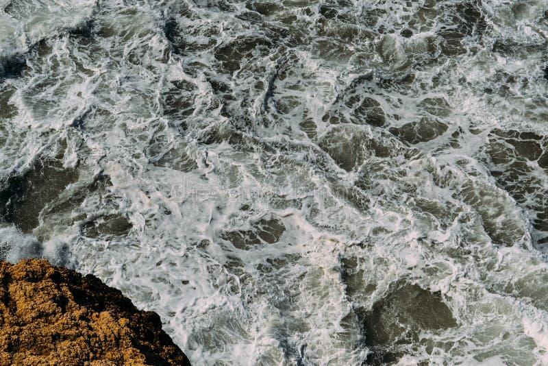 Поверхность морской воды с белой картиной пены и волн стоковая фотография rf