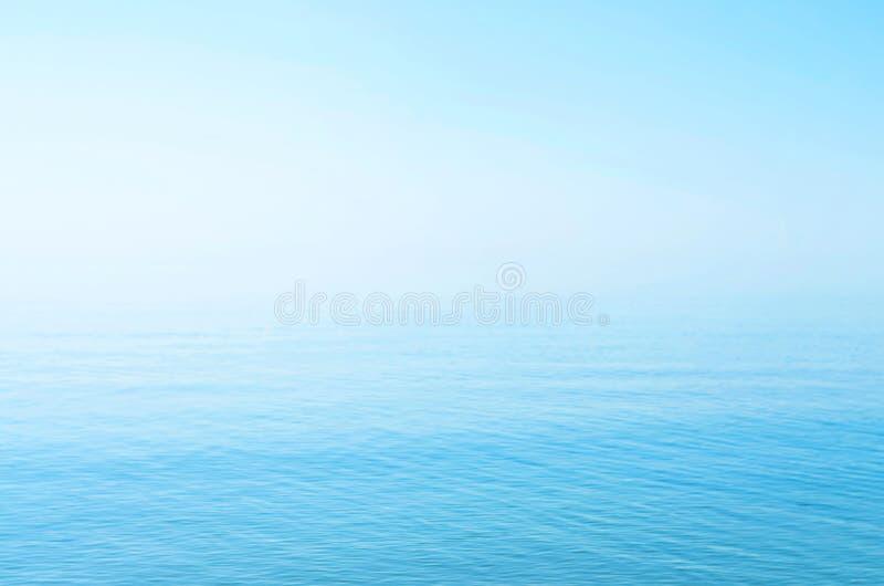 Поверхность моря голубая, горизонт, затишье Справочная информация стоковое фото rf