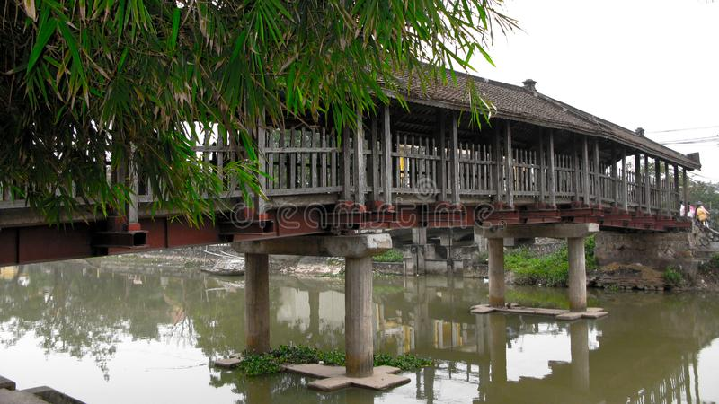 Поверхность озера деревянный мост Overlaying стоковая фотография rf