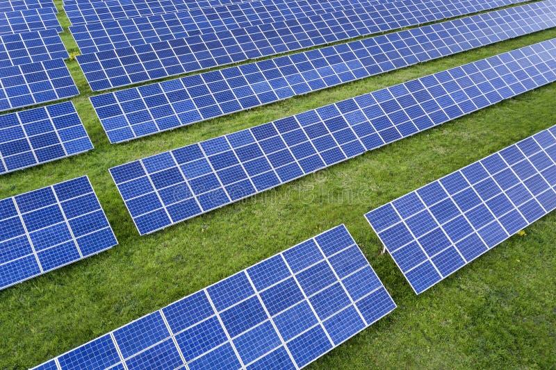 Поверхность системы панелей солнечного фото voltaic производящ экологически чистую энергию на предпосылке зеленой травы стоковые фото