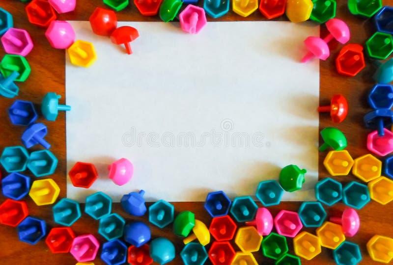 Поверх игрушек детей на поле на белой бумаге Воспитательные красочные игрушки Рамка игрушек детей на деревянной предпосылке стоковое фото rf