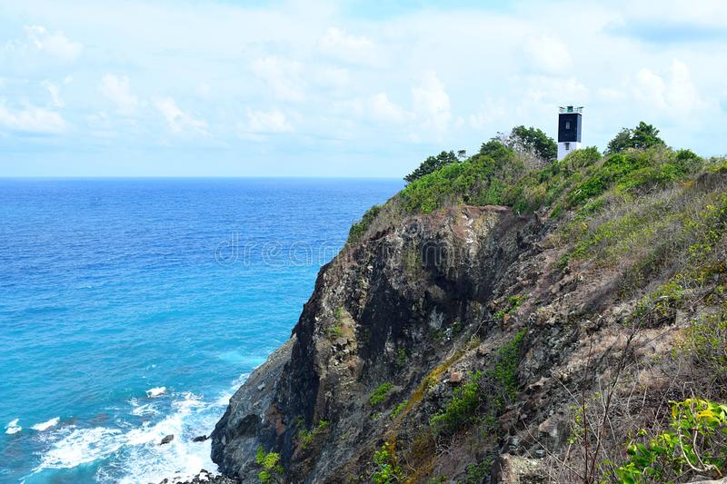 Поверх холма с голубым океаном ниже с маяком на расстоянии - Chidiya Tapu, Port Blair, острова Andaman Nicobar, Индия стоковые изображения