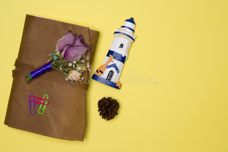 Повестка дня, завод, высушила цветок и магнит на предпосылке ywllow стоковое фото