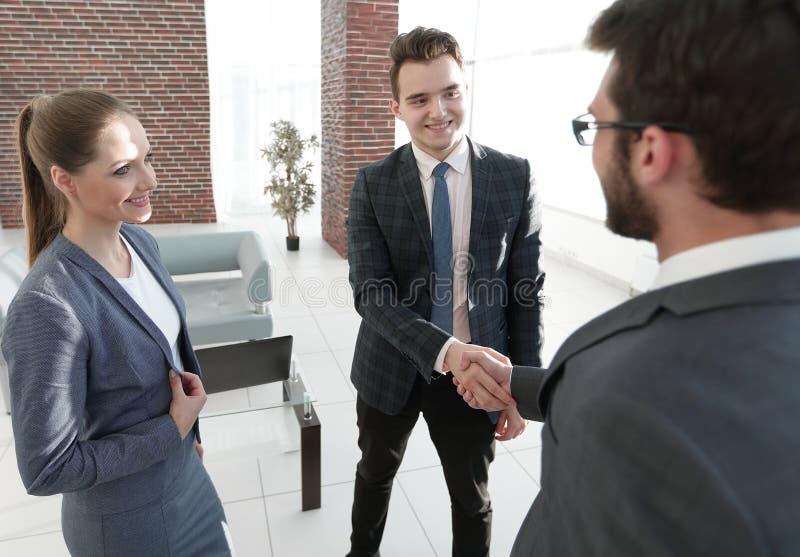 Повестка заседания Деловые партнеры рукопожатия стоковые фотографии rf