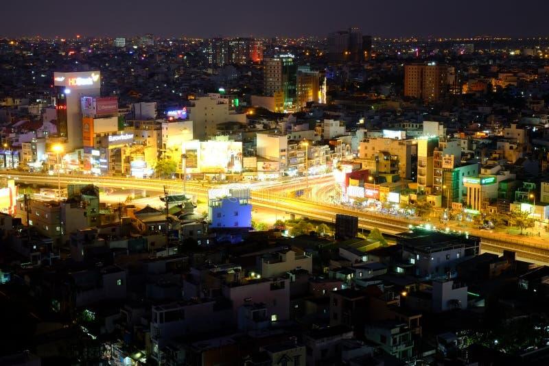 Повисните эстакаду пересечения Xanh внутри к ноча, Хошимин, Вьетнам стоковое изображение