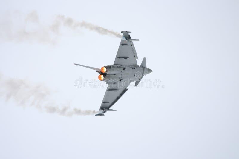 поворачивать трудного двигателя самолет-истребителя левый стоковая фотография