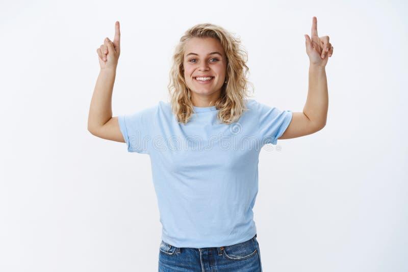 Поворот времени возглавляет вверх Портрет оптимистической и харизматической молодой счастливой молодой блондинкы с голубыми глаза стоковое изображение
