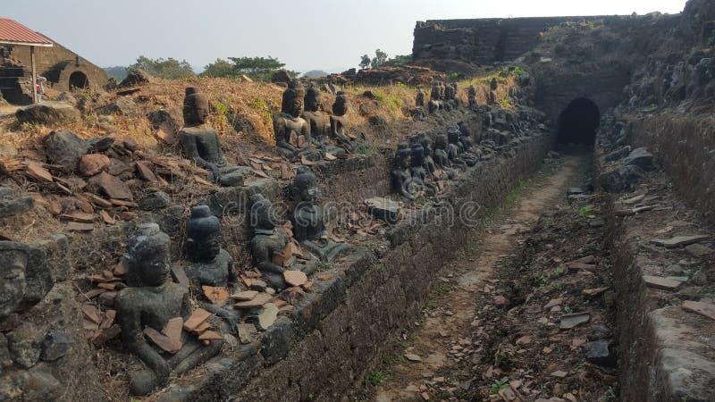 Повреждение землетрясения и статуи Будды вне входа виска в Мьянму стоковая фотография