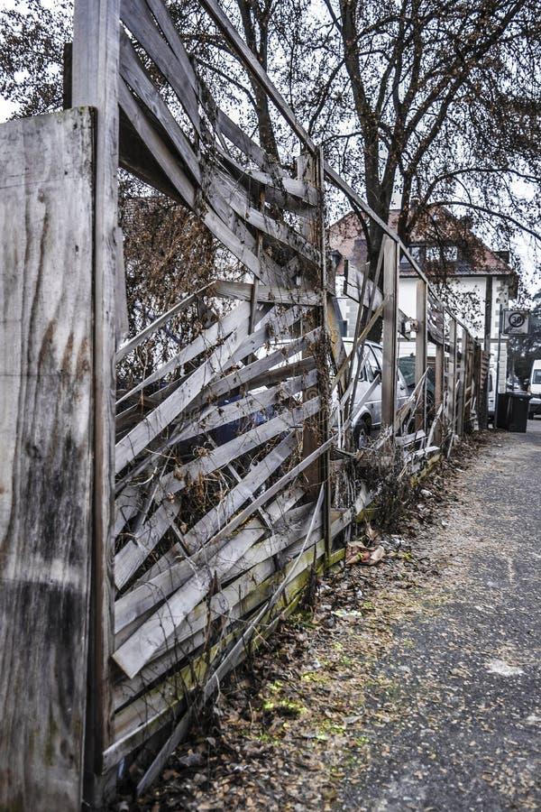 Поврежденная загородка slatted обнесет забором городской город стоковое изображение