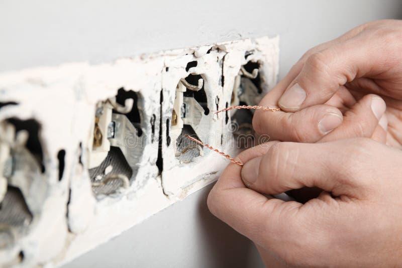 Поврежденное гнездо в стене, опасное электричество в доме стоковое фото rf