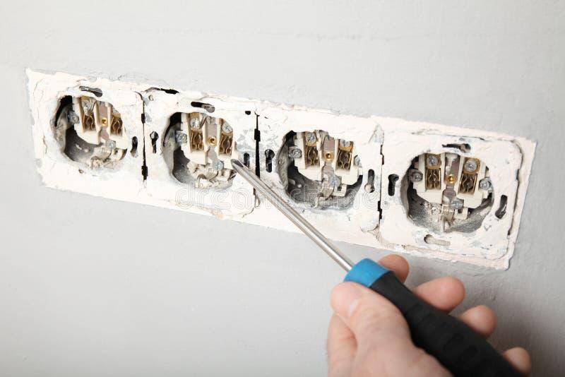 Поврежденное гнездо в стене, опасное электричество в доме стоковая фотография rf