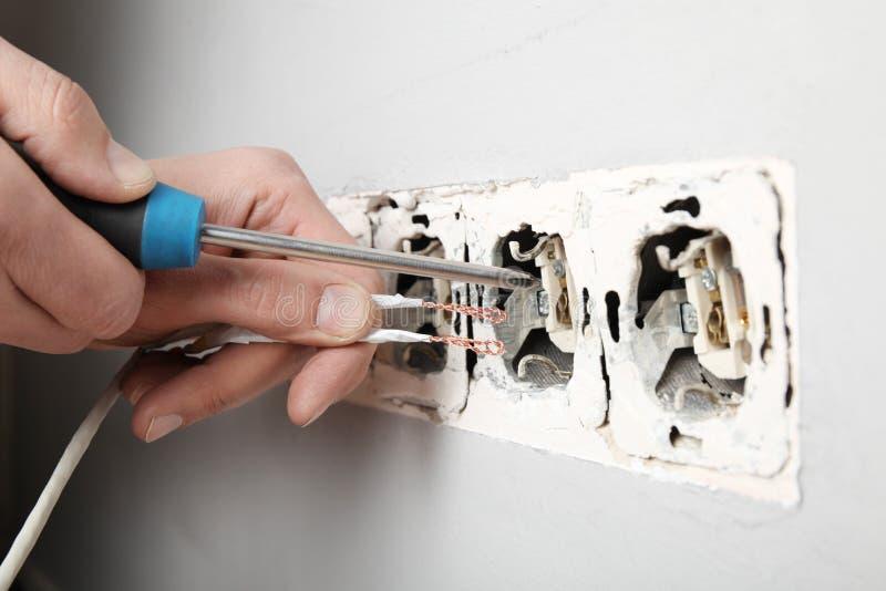 Поврежденное гнездо в стене, опасное электричество в доме стоковые фотографии rf