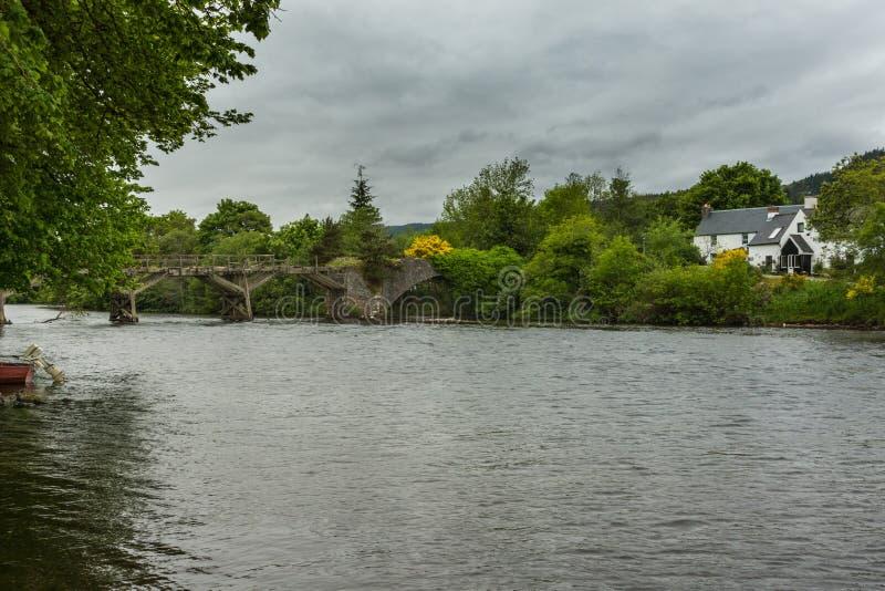 Поврежденный деревянный пешеходный мост над рекой Oich, фортом Augustus Scotla стоковые изображения