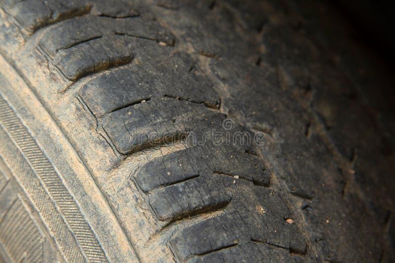 Поврежденный и несенный черный профиль шины стоковое фото rf