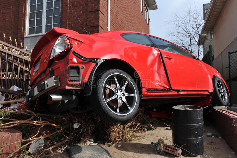 Поврежденный и покинутый автомобиль стоковые фотографии rf