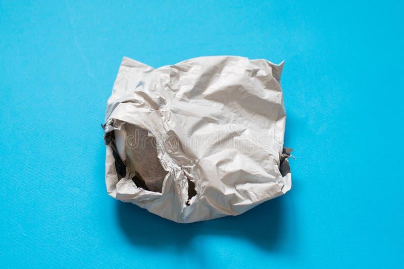 Поврежденный конверт полиэтилена на голубой предпосылке Пластиковые почтовые пересылая сумки стоковое фото rf