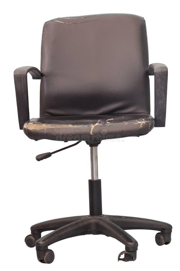 Поврежденный черный кожаный стул офиса изолированный на белой предпосылке стоковые фотографии rf
