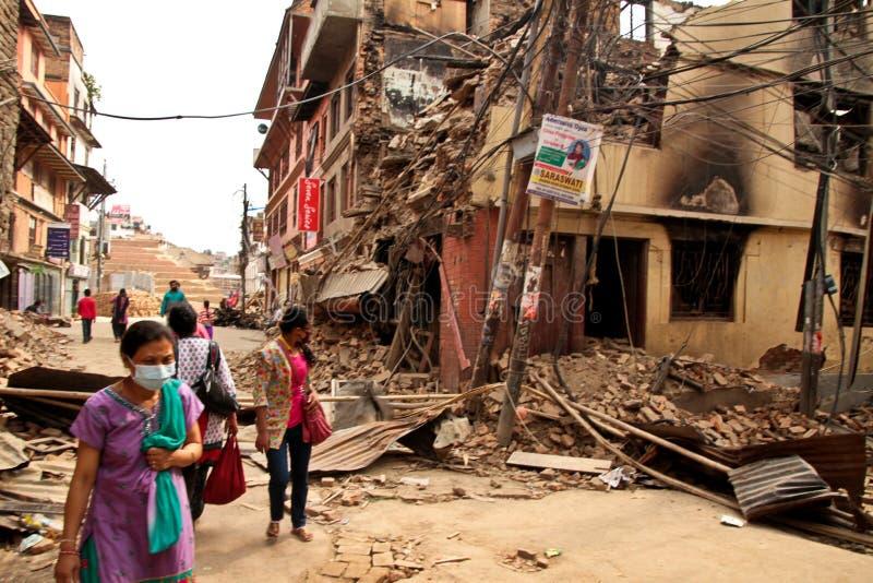 Повреждение землетрясения на улицах Kathamndu от ба Thamel стоковые фотографии rf