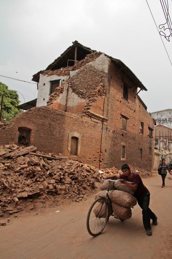 Повреждение землетрясения на улицах Kathamndu от ба Thamel стоковая фотография rf