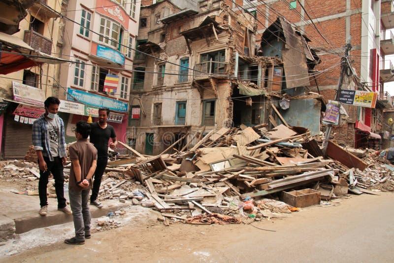 Повреждение землетрясения на улицах Kathamndu от ба Thamel стоковые фото