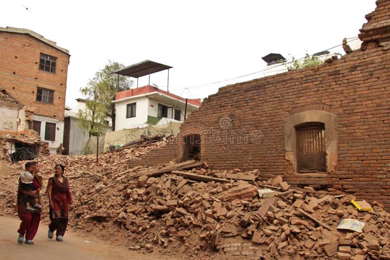 Повреждение землетрясения на улицах Kathamndu от ба Thamel стоковая фотография