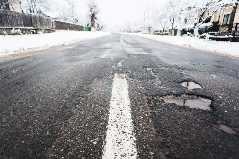 Повреждение дороги зимы стоковые изображения