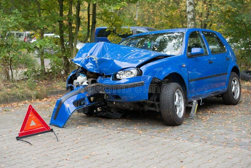 Поврежденный автомобиль с предупреждающим треугольником стоковая фотография