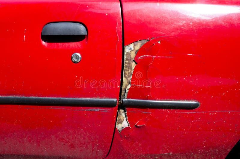 Поврежденный красный автомобиль стоковая фотография rf