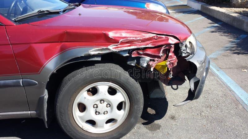 Поврежденный красный автомобиль стоковая фотография