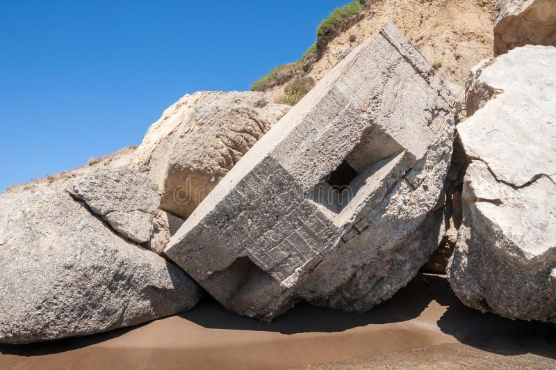 Поврежденный старый бункер на пляже Kalamaki стоковые фотографии rf