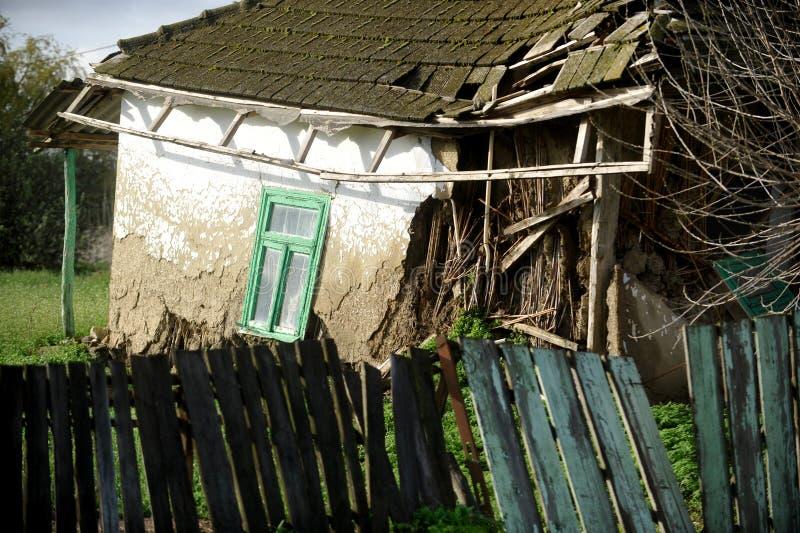 Поврежденный традиционный дом самана стоковое фото rf