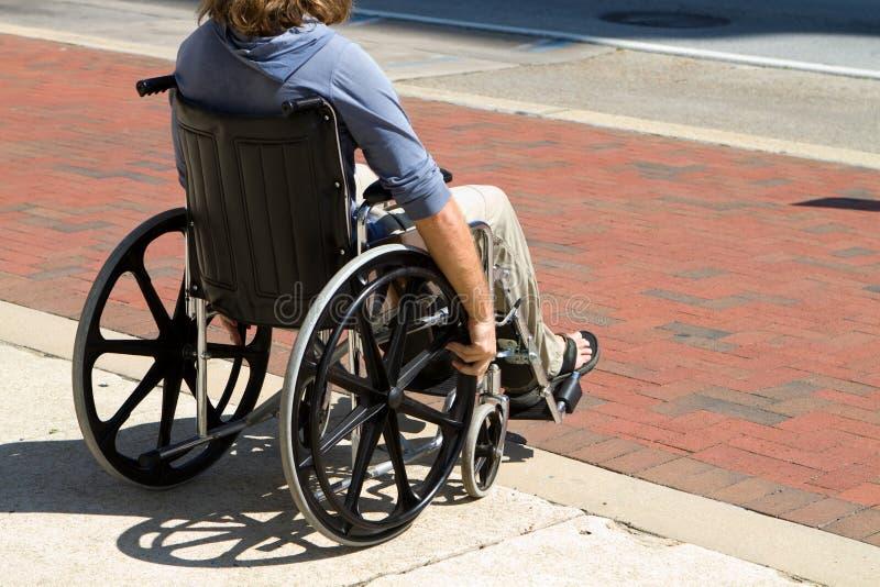 Поврежденный человек кресло-коляскы стоковые изображения rf