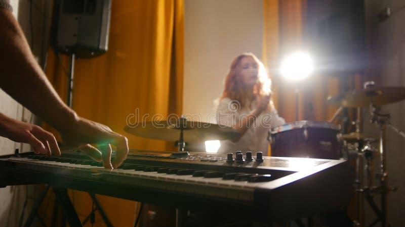 повторение Барабанщик девушки и парень на клавиатурах стоковые фото