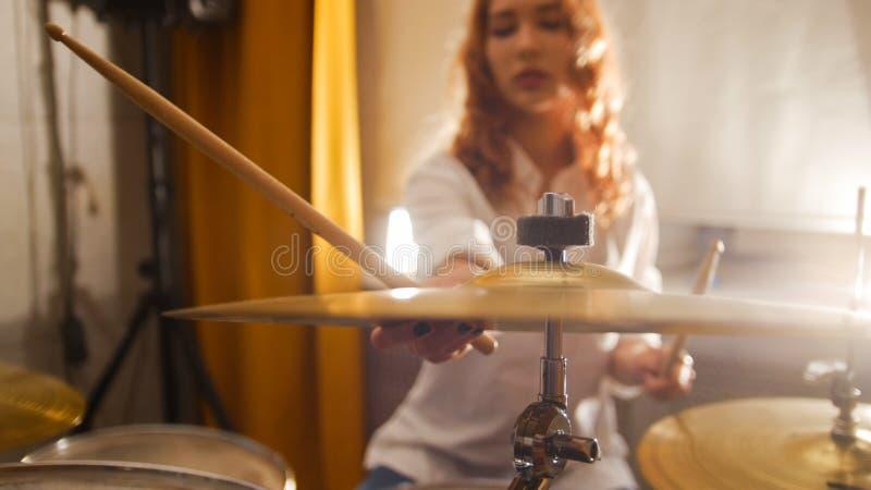 повторение Барабанщик девушки Redhead держит hi-шляпу стоковое изображение rf