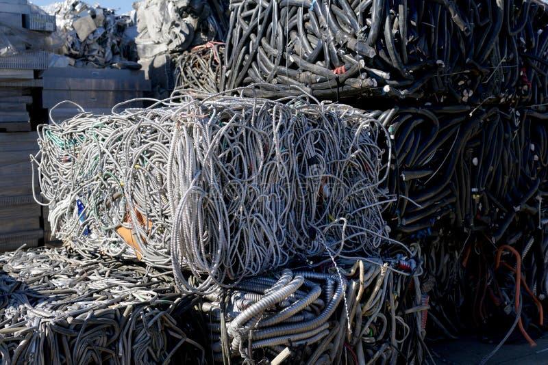 Повторно использовать разбивочные кучи трубопровода, металла и других материалов утиля стоковые изображения
