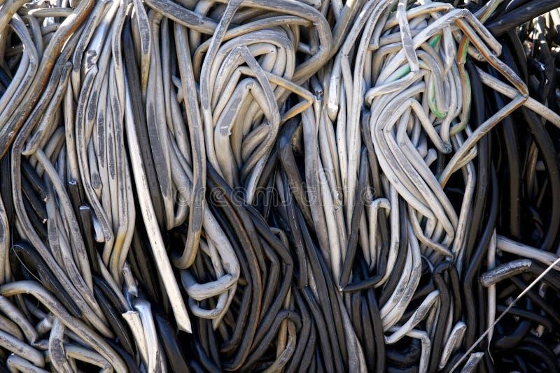 Повторно использовать разбивочные кучи трубопровода, металла и других материалов утиля стоковая фотография