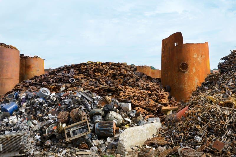 Повторно использовать разбивочные кучи трубопровода, металла и других материалов утиля стоковое фото