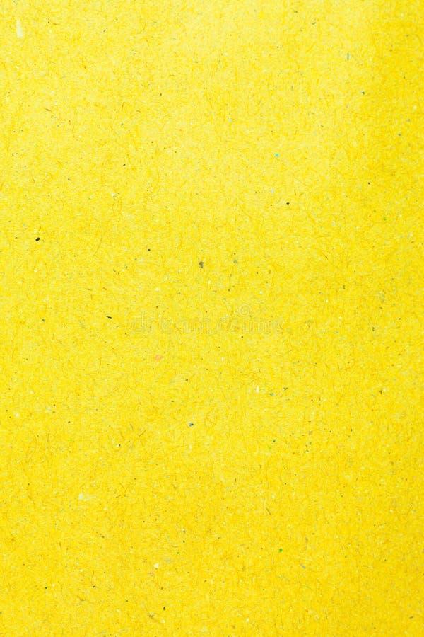 Повторно используйте желтую бумажную предпосылку стоковое фото