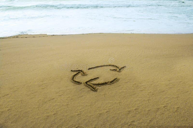 Повторно использующ знак нарисованный на песке стоковое фото rf