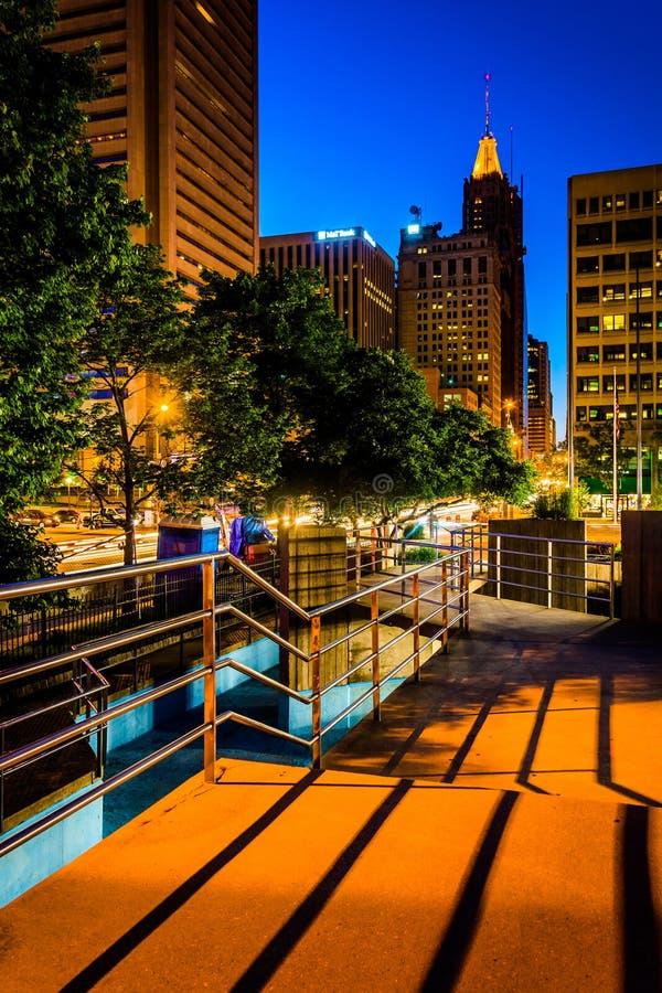 Повышенные дорожка и здания на ноче в Балтиморе, Мэриленде стоковое изображение
