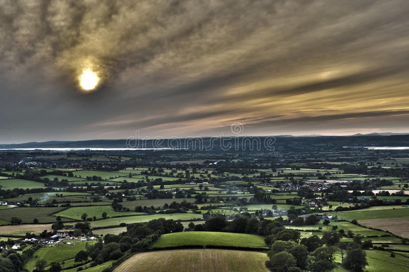 Повышенный взгляд захода солнца над сочный аграрным краем стоковые изображения