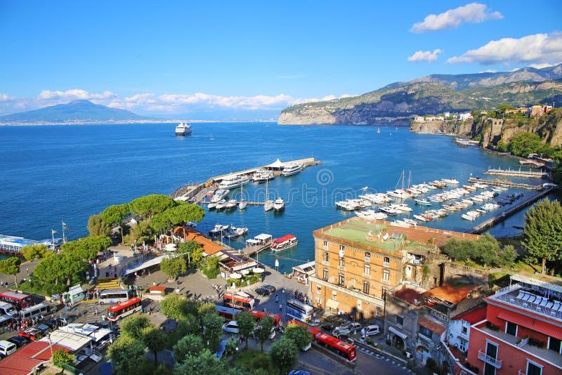 Повышенный взгляд Сорренто и залива Неаполь, Италии стоковая фотография rf