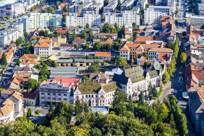 Повышенный вид на город Deva, Румынии стоковое фото rf